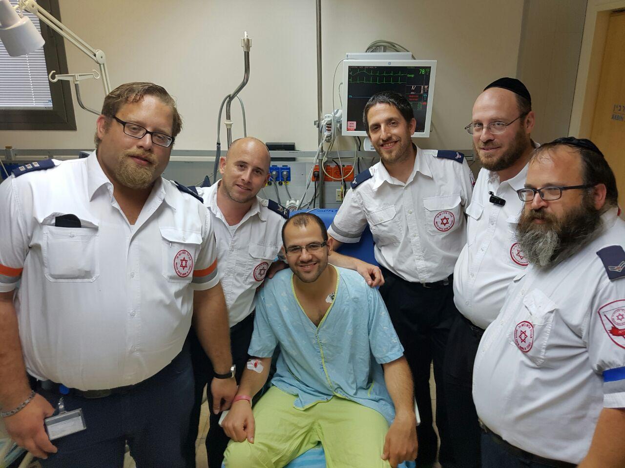 אלירן עם צוותי מדא שהצילו את חייו במפגש בבית החולים - צילום דוברות מדא 20.6.16