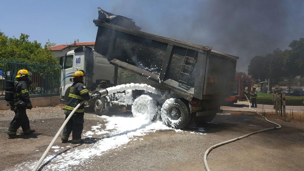 משאית עלתה באש - פתח תקווה