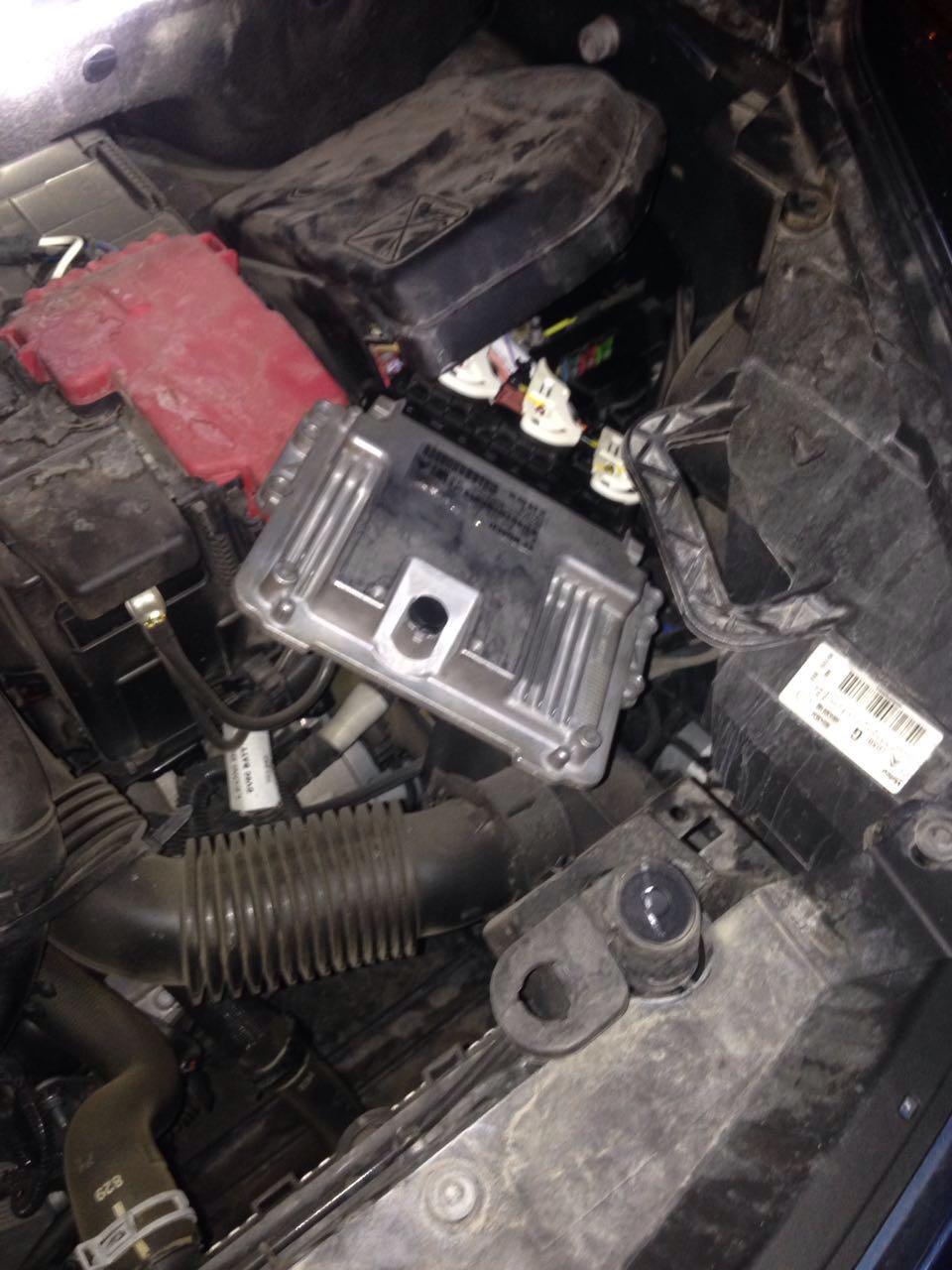 מחשב רכב מחובר למנוע: המלבן הכסוף הוא מחשב רכב לאותו סוג רכב אותו מבקשים לגנוב ובכך עוקפים את כל מערכות ההנעה המקוריות שלו ותוך מספר שניות.
