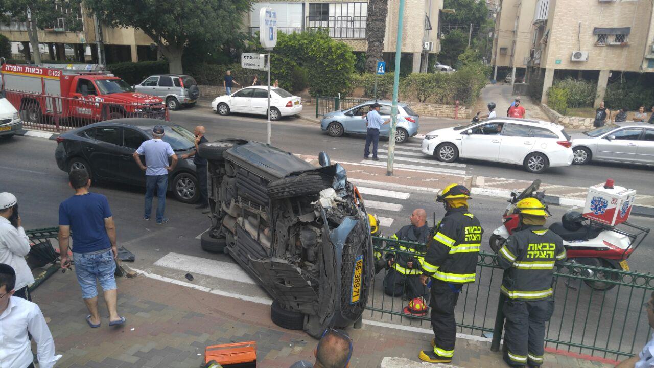 רכב התהפך ברחוב פינס בפתח תקווה (2)