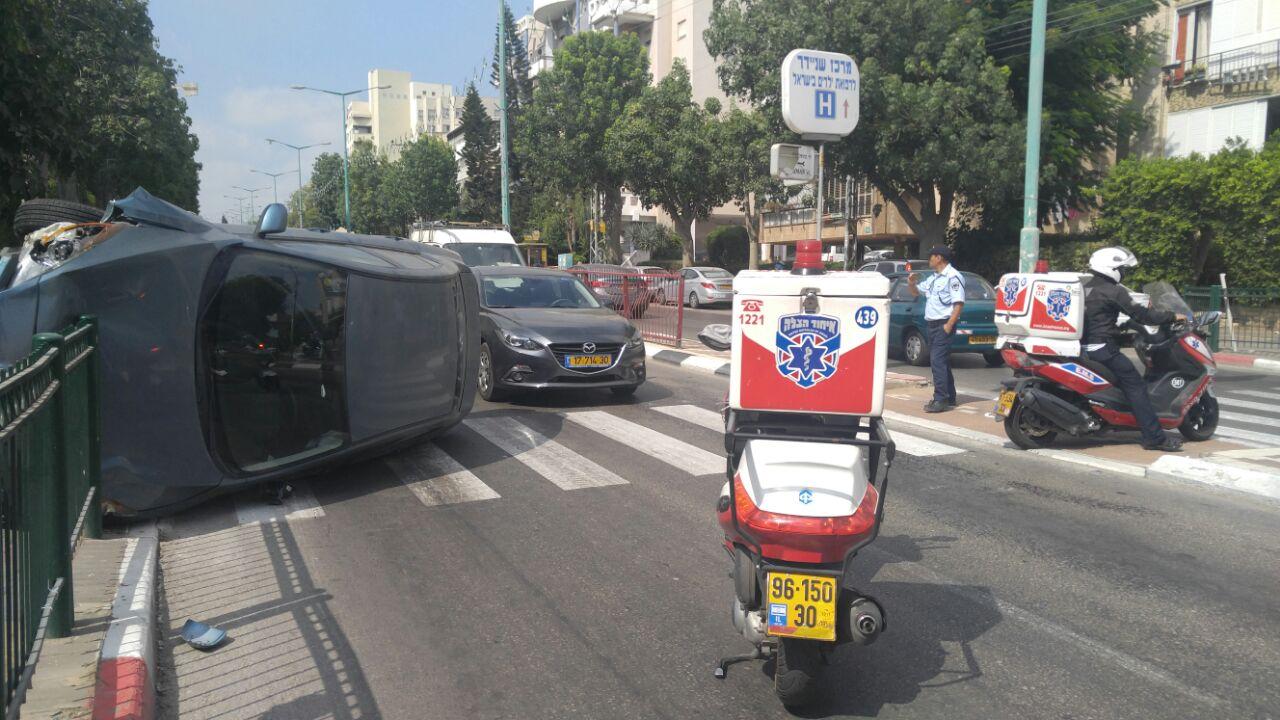 רכב התהפך ברחוב פינס בפתח תקווה (3)