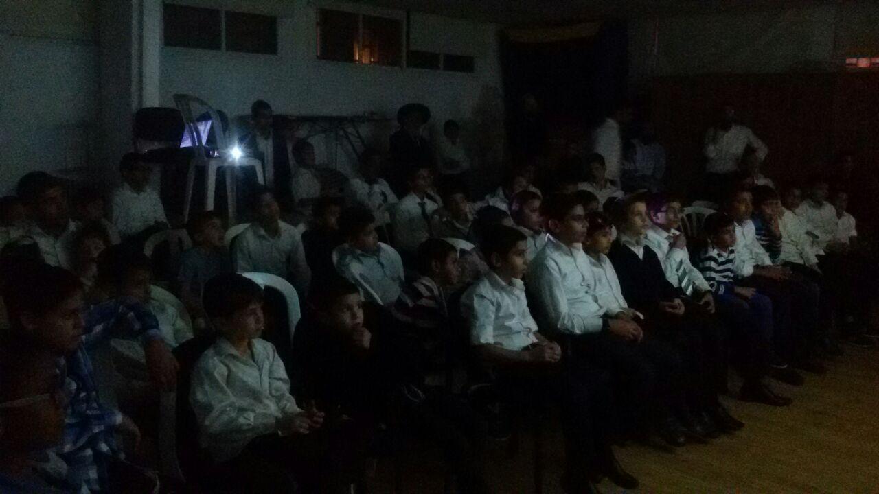 הילדים צופים בסרט על מרן