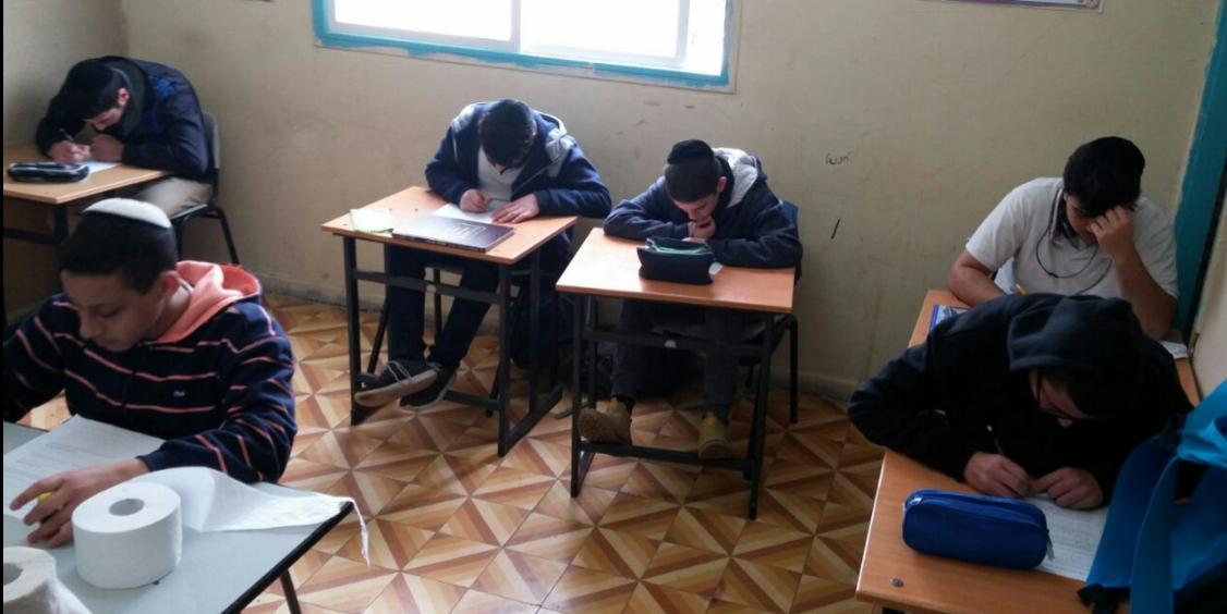 תלמידי תיכון מעיין שקועים בלימוד