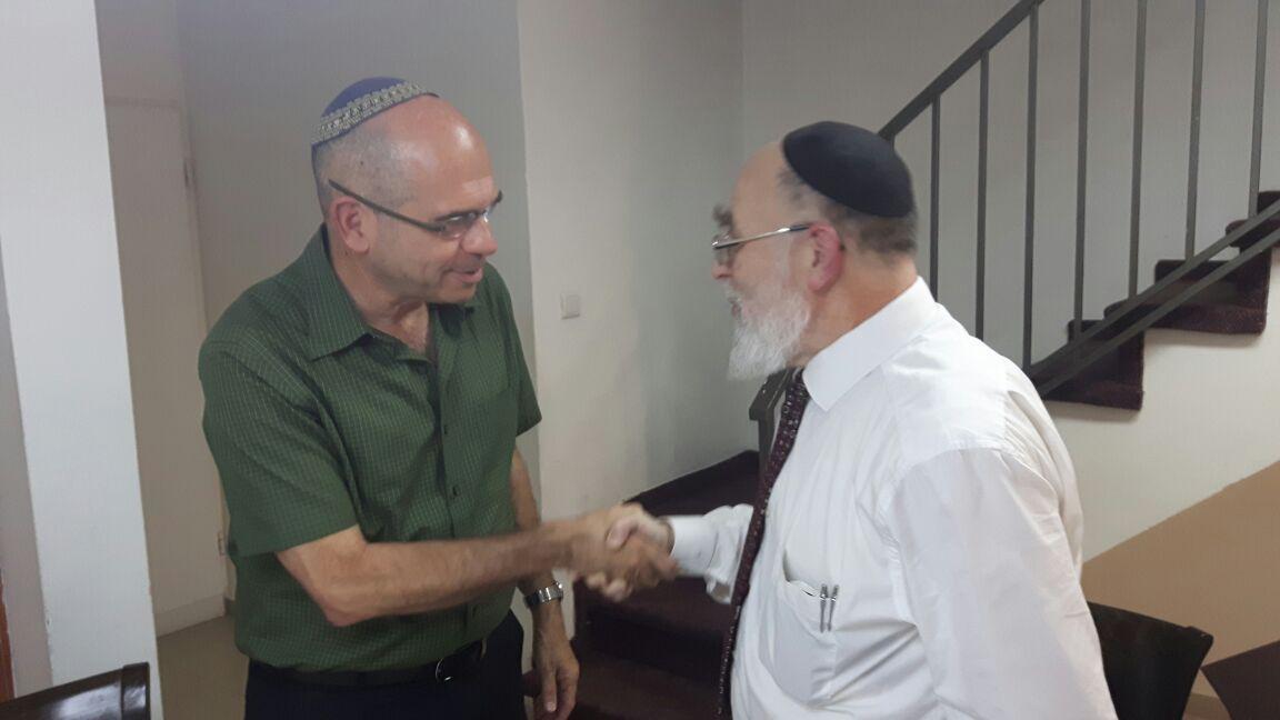 הדיין הרב שמואל שפירא - וראש העיר פתח תקווה איציק ברוורמן (2)