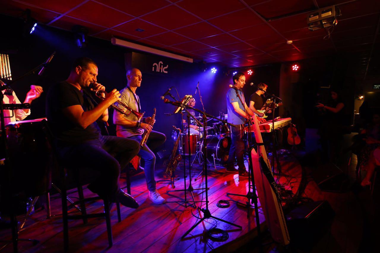 צפו: הזמר עמירן דביר סחף את ה'גולה' בפתח תקווה