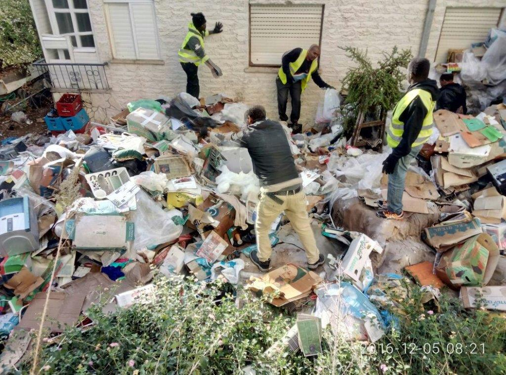 טירוף: תושב פתח תקווה אגר 15 טון פסולת בביתו והתנגד לפינויה