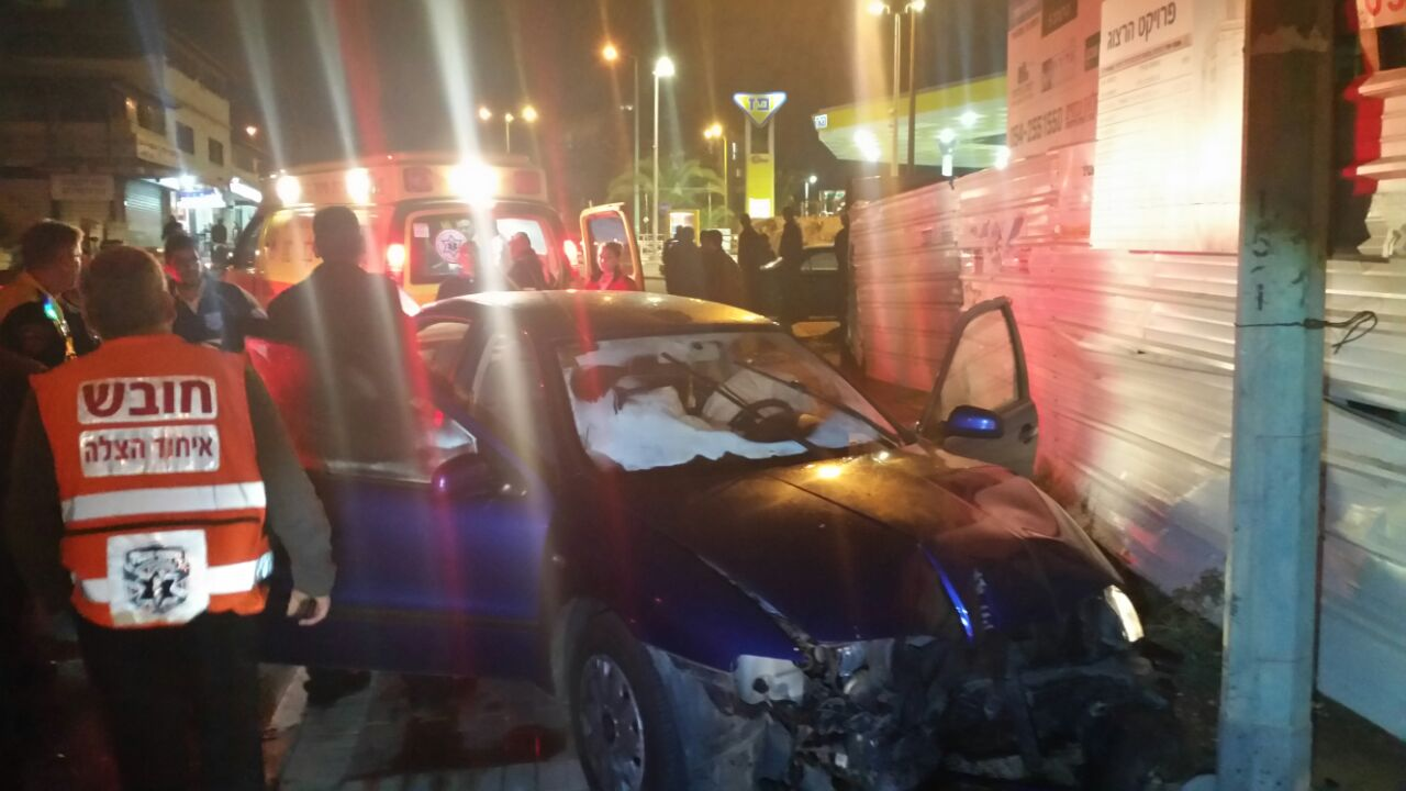 """נהג רכב כבן 35 חש בלבבו והתנגש בעמוד חשמל ברחוב הרצוג בפ""""ת"""