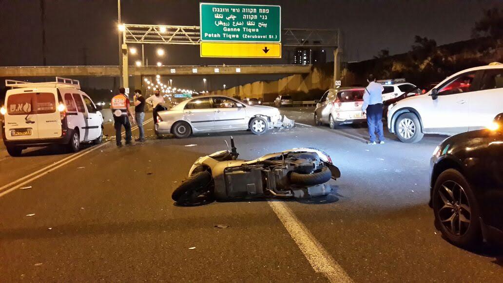 """תאונת דרכים עם מעורבות שישה רכבים בכביש 471 בכניסה לפ""""ת"""