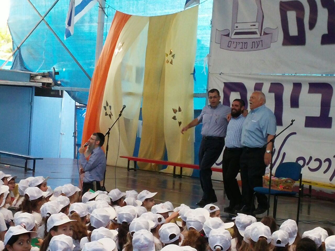 """הפתעה: ענק הזמר החסידי אברהם פריד הופיע לרגל יום ירושלים בביה""""ס דעת מבינים בפ""""ת"""