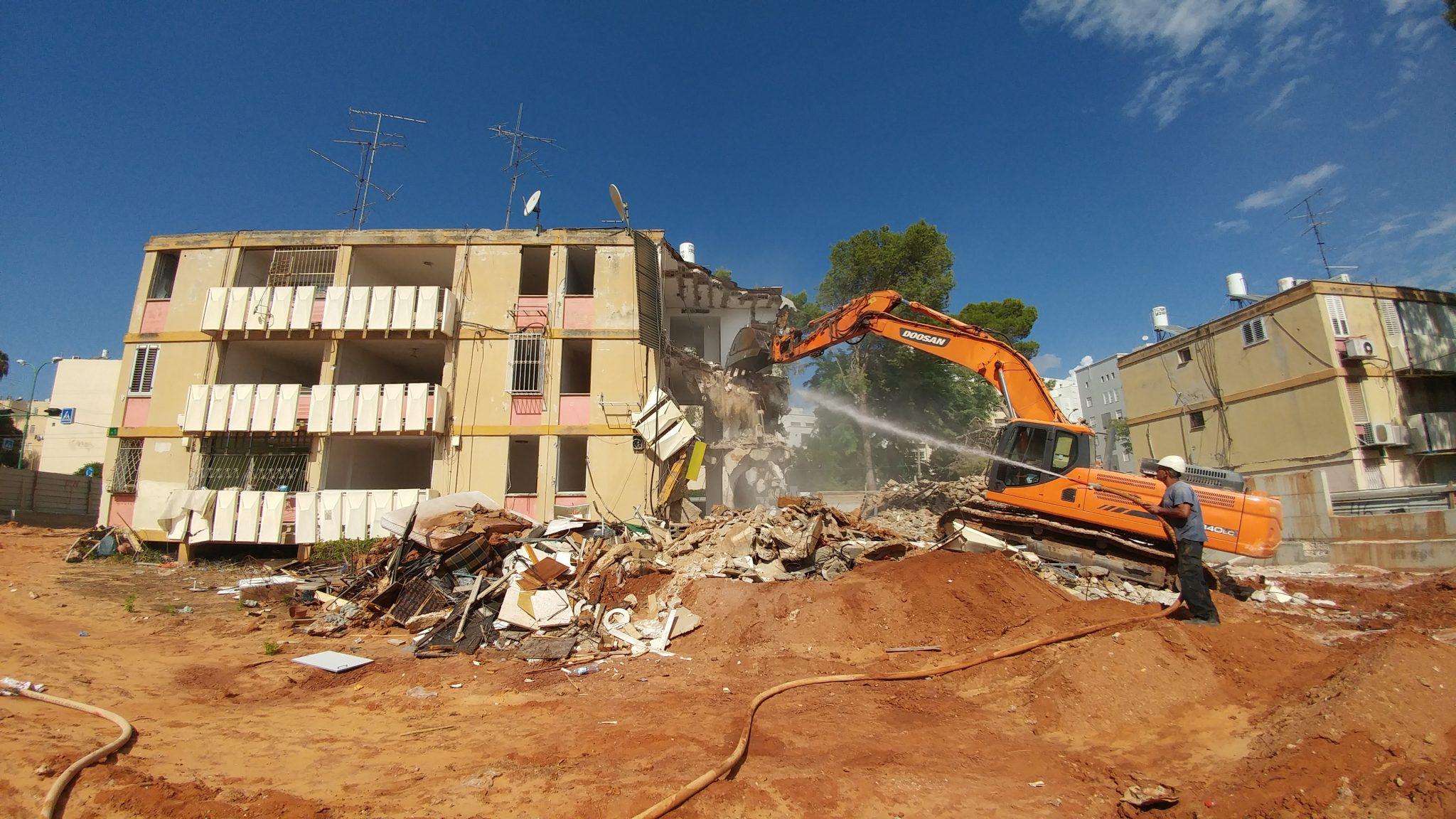 צפו: פינוי בינוי – הריסת בניין בשכונת שעריה בפתח תקווה