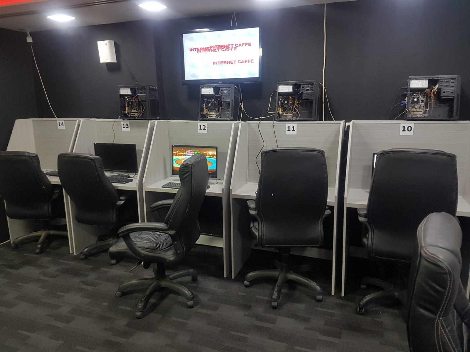 תיעוד: פשיטה משטרתית על מקום לניהול משחקי מזל אסורים בפתח תקווה