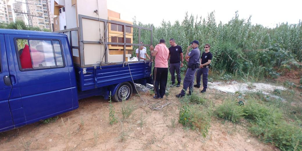נתפס על חם: רכב אלטאזאכן שופך פסולת בניין בפתח תקווה