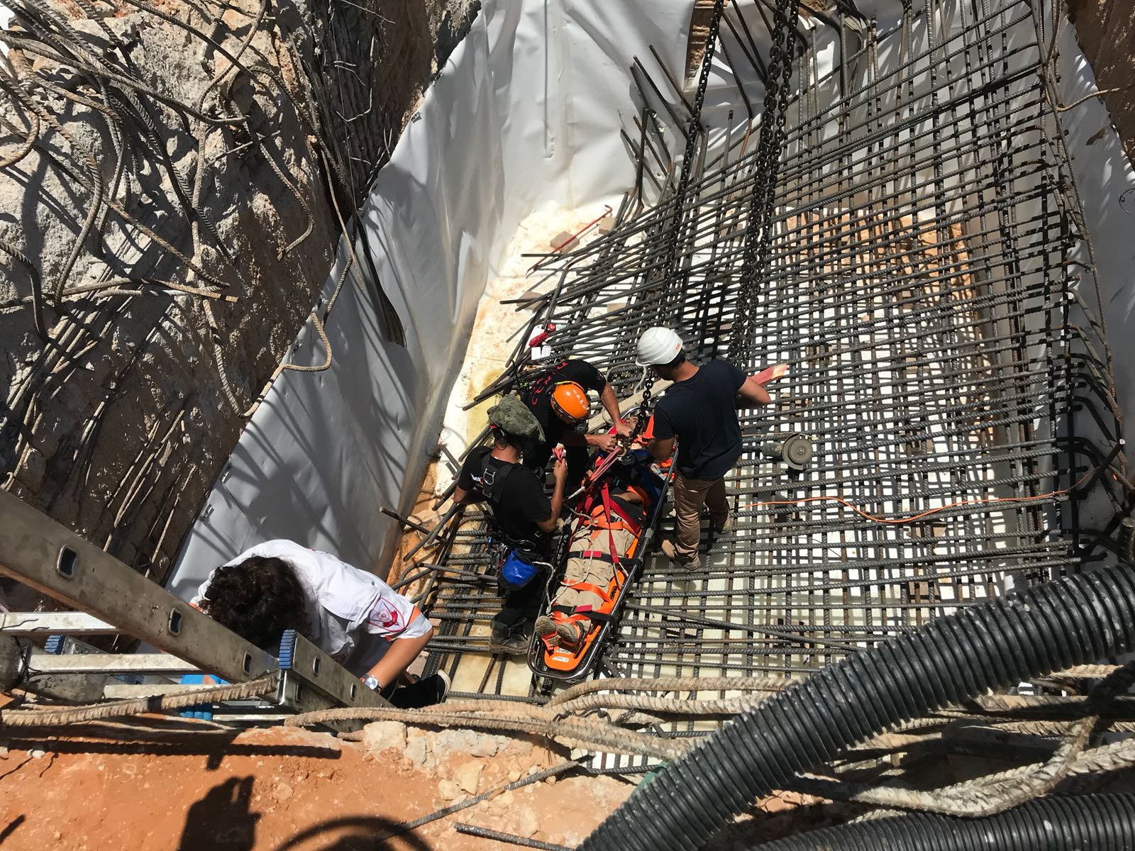 """תיעוד: קריסה באתר בנייה בפ""""ת – שני פועלים נפלו לפיר ונפצעו קשה"""
