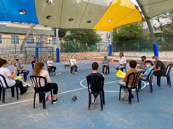 בתי ספר רבים החלו בפעילויות קבוצתיות במרחבים הפתוחים