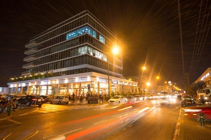 """עיריית פ""""ת למען העסקים: ביטול האגרה בגין הוצאת כסאות"""
