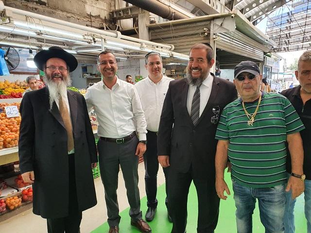 """הרבנות והמועצה הדתית פ""""ת נערכים לשנת השמיטה – סיור מיוחד בדוכני השוק העירוני"""