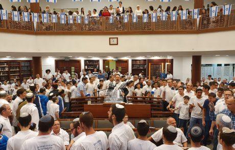 """תיעוד: תפילות יום העצמאות בבתי הכנסת בפ""""ת"""