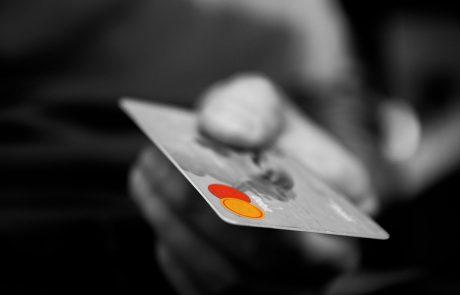 """החשד: שני תושבי פ""""ת זייפו נתוני כרטיסי אשראי ויצאו למסע קניות"""