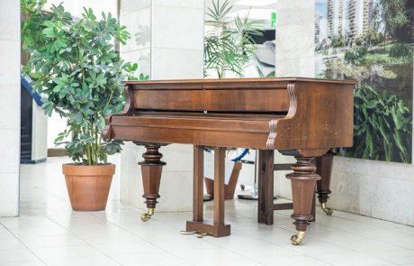 """גלגולי הפסנתר המיתולוגי של משפחת סלומון עד שהגיע לבניין עיריית פ""""ת"""