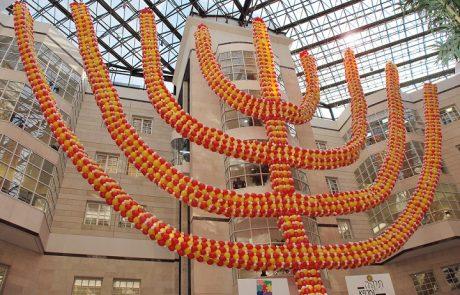 חנוכיית בלונים ענקית המורכבת מ-19,000 בלונים הוצבה בלובי מרכז שניידר לרפואת ילדים