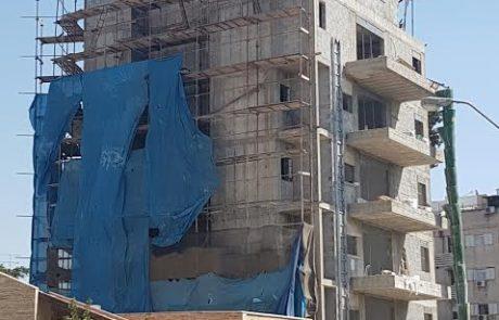 """עיריית פ""""ת נלחמת בחריגות הבניה: תאטום שתי קומות שנבנו ללא היתר"""
