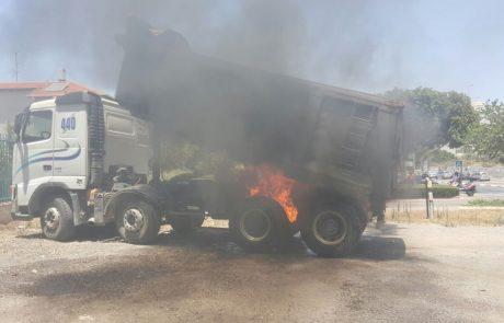 """תיעוד: משאית עלתה באש ברחוב מנחם בגין בפ""""ת"""