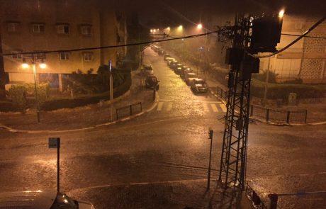 צפו: גשמים עזים הציפו את רחובות פתח תקווה