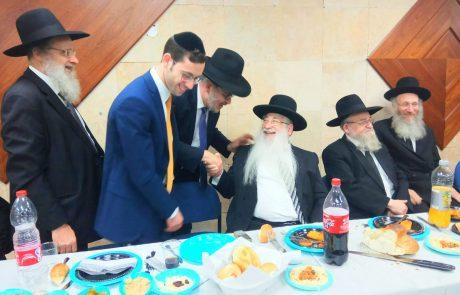 """מזל טוב: רבני ונכבדי פ""""ת בסעודת שבע ברכות לבנו של הרב פפויפר ראש המדרשה"""