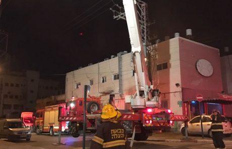 שריפה באישון לילה בפתח תקווה: דיירים נלכדו, שמונה נפגעו משאיפת עשן