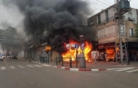 """תיעוד: חנות בגדים ברחוב חובבי ציון פ""""ת נשרפה כליל"""