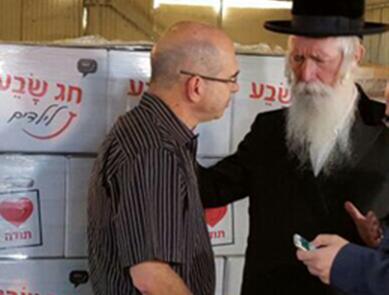 ברוורמן השתתף באריזת חבילות במסגרת מבצע 'חג שבע לילדים'