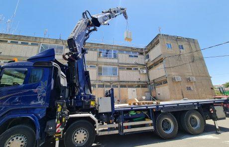 ראש העין: מסירים את האנטנה מעל גג בניין העירייה