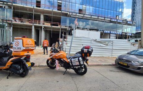 רחוב תוצרת הארץ: פועל נפצע מחפץ כבד באתר בניה