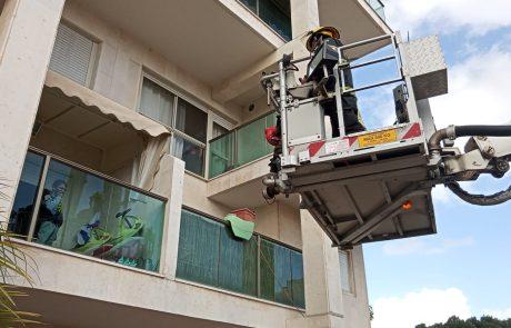 צפו: לוחמי האש הפתיעו את הילדים במרפסת