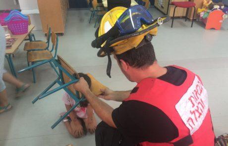 """תיעוד: רחוב מטולה בפ""""ת – ראשה של ילדה נתקע בין המושב לכסא"""