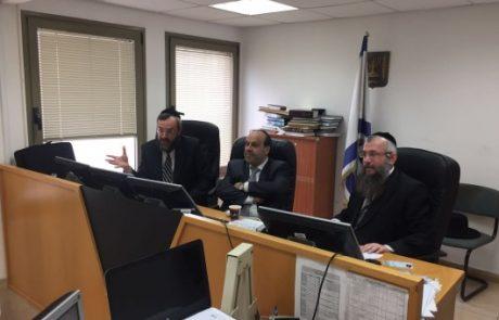 השר לשירותי דת דוד אזולאי בביקור פתע בבית הדין הרבני בפתח תקווה