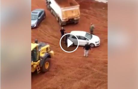 """מטורף: מעקל של הוצל""""פ הגיע לתפוס את הרכב באתר בניה בפתח תקווה, צפו בתגובה"""