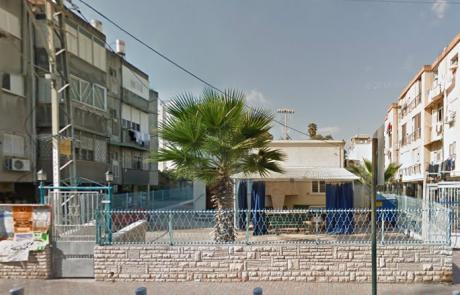 """תקיפה חמורה: גבאי בית כנסת רוני ושמחי ברחוב אורלנסקי בפ""""ת נחבל בפניו"""