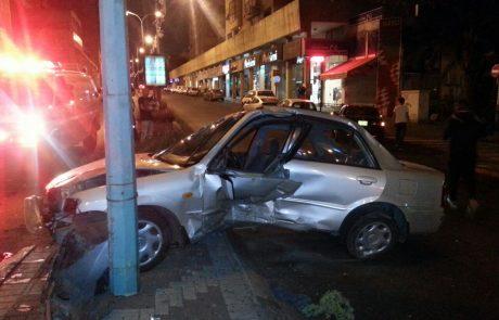 """ליל שישי: רכב התנגש בעמוד ברחוב ההסתדרות בפ""""ת"""