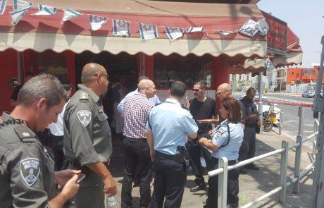 """ראש העיר פ""""ת ברוורמן בזירת הפיגוע: שולח מכאן איחולי החלמה לפצוע"""
