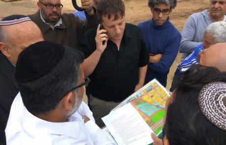 יוצא לשטח: ראש העיר רמי גרינברג בסיור נרחב בשכונת 'חצרות גנים' בעיר