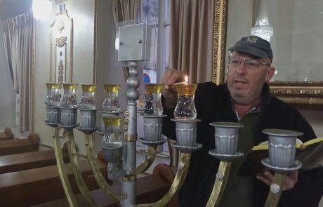 """צפו: משה זילברברג בהדלקת נר חנוכה בבית כנסת הגדול פ""""ת"""
