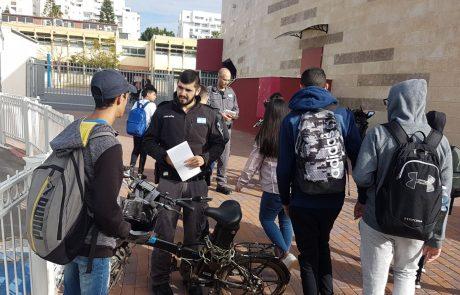 """עיריית פ""""ת מגבירה את האכיפה נגד אופניים חשמליים הנוסעים על המדרכה"""