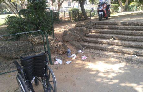 """כמעט אסון בפארק יד לבנים בפ""""ת: מבוגרת התדרדרה עם כסא הגלגלים"""