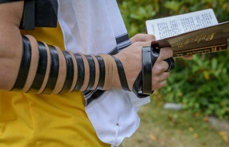 הרב מימון שושן מכניס את המזוזות והתפילין לכל בית בישראל