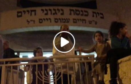 """אוי לבושה: מפגינים נגד היועמ""""ש הגיעו לבית הכנסת ניגוני חיים בפ""""ת"""