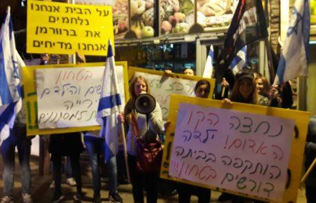 """בעקבות הילדה שהותקפה בביתה: עשרות הפגינו נגד הפקרת מרכז פ""""ת למסתננים"""