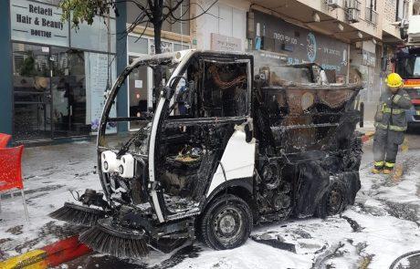 צפו: רכב ניקוי של עיריית פתח תקווה עולה באש