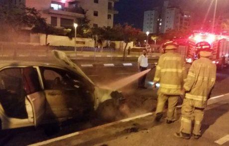 צפו: רכב עולה באש ברחוב העצמאות בפתח תקווה