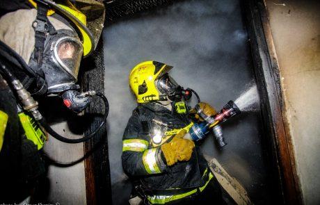 תיעוד: לוחם אש ודייר נפגעו בשריפה ברחוב עזרא ונחמיה בעיר